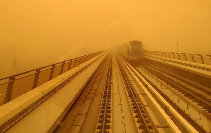 tren y tormenta de polvo